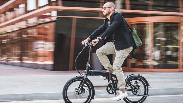 La bicicletta pieghevole salva spazio